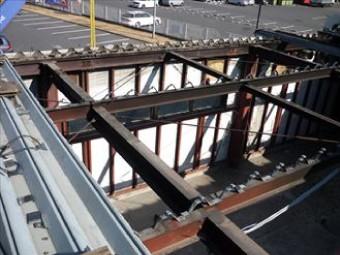 梁となっている鉄骨にタイトフレームを取り付け屋根材を固定する造り