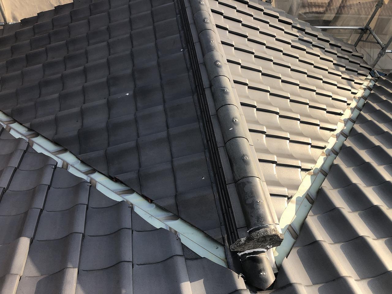 倉敷市で築30年の瓦屋根を撤去し、軽い板金屋根に葺き替え中です