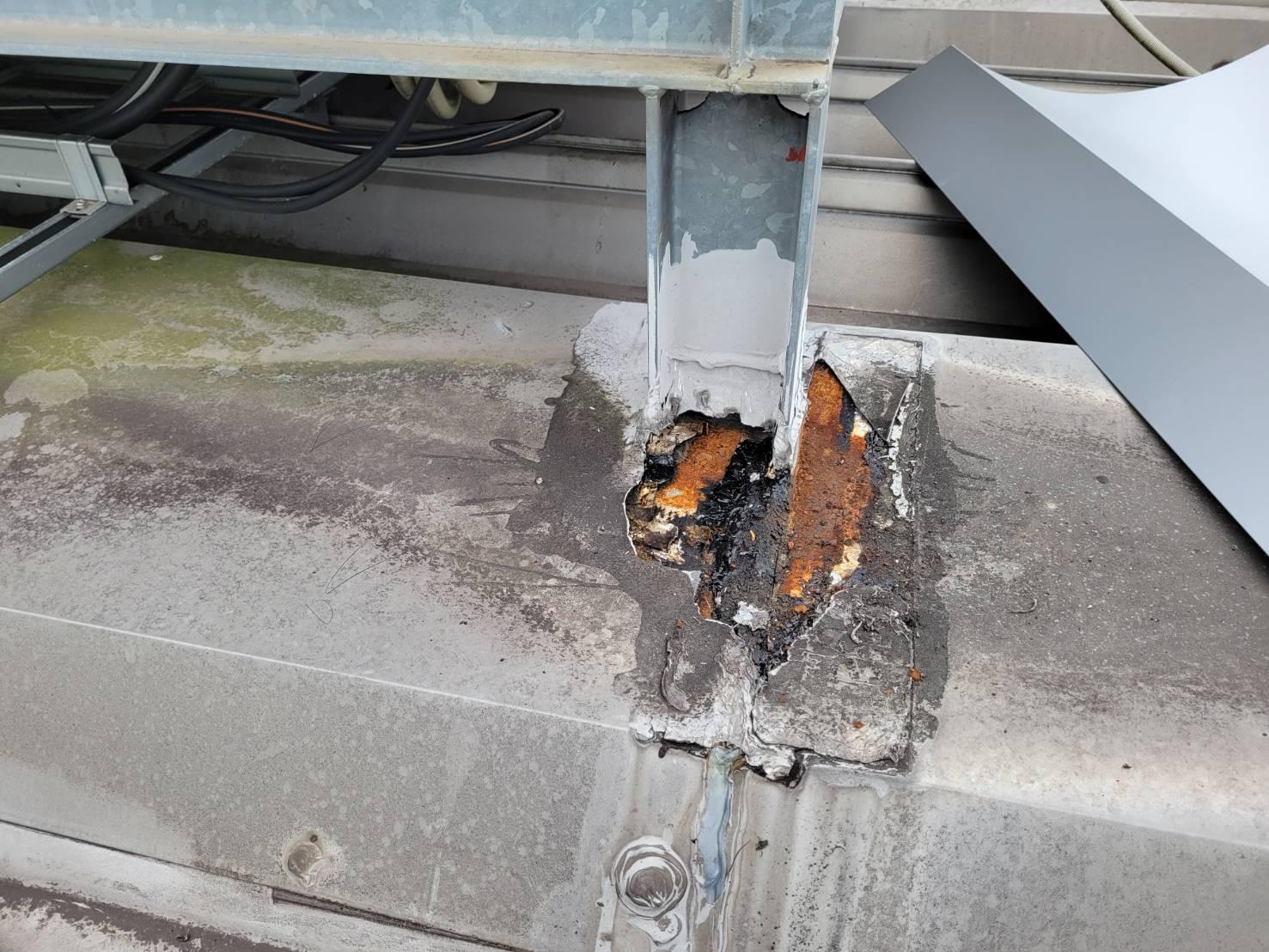 倉敷市中庄で店舗折板屋根雨漏り補修、設備塔柱脚部が原因?