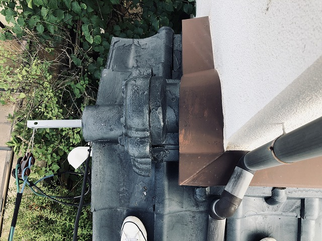 セメント瓦の下屋根の棟周辺