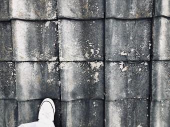 セメント瓦の塗膜が剥離した写真
